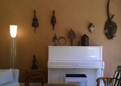 salon-piano-blanc-papier-peint-cuivre-sculpture-afrique