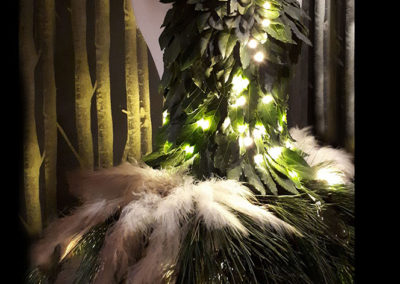 decor robe noel vitrine magasin scénographie vegetal lumiere