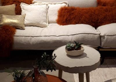 Canapé lin coussin fourrure ambiance déco